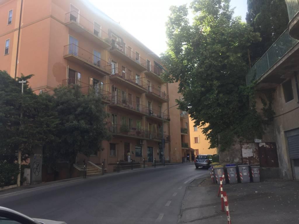 Via Eugubina, ampio appartamento luminoso e panoramico da ristrutturare.