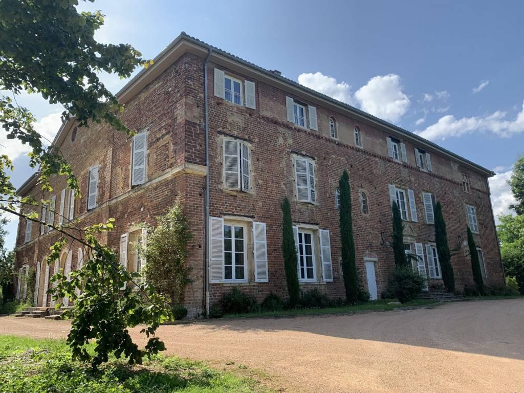 Ars sur Formans, magnifique T5 avec jardin dans un château
