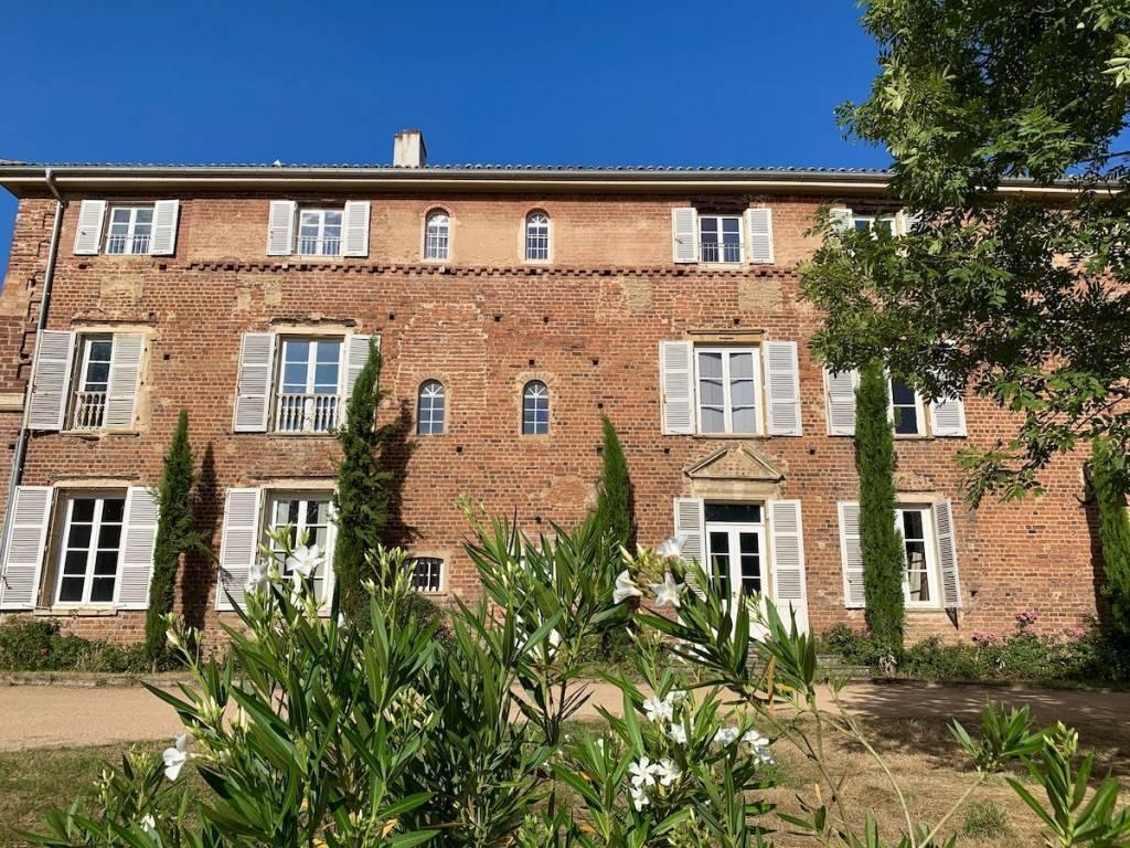 Ars -sur-Formans T3 avec 2 jardins dans un château
