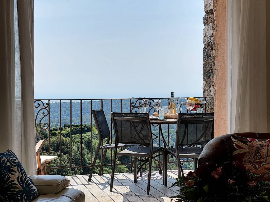 Beautiful townhouse with sea view in Tourrettes sur Loup