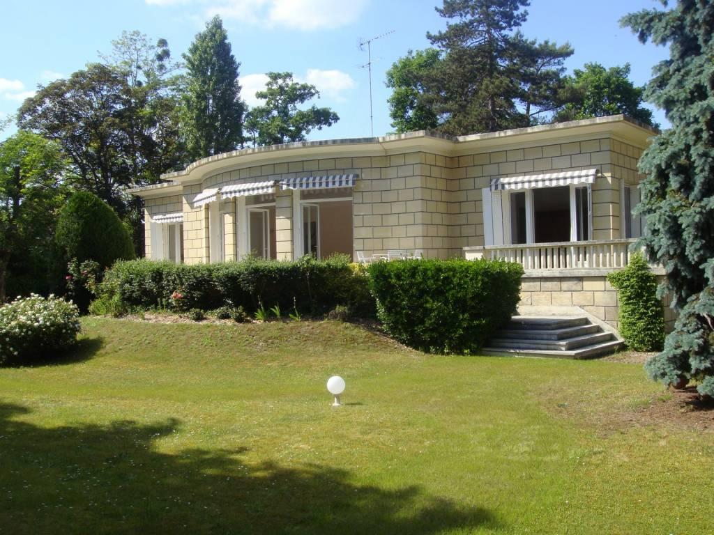 belle maison 200 m² (a rafraichir) sur terrain de 2 297 m², sous-sol total avec studio 22 m² dans un environnement très privilégié face au Lac d'Ibis.