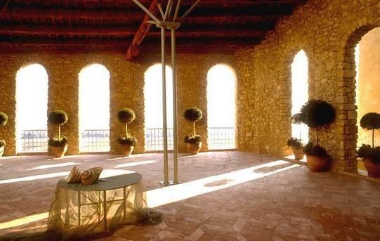 Proche de Lourmarin. Ancienne demeure seigneuriale des XIII°-XIV°