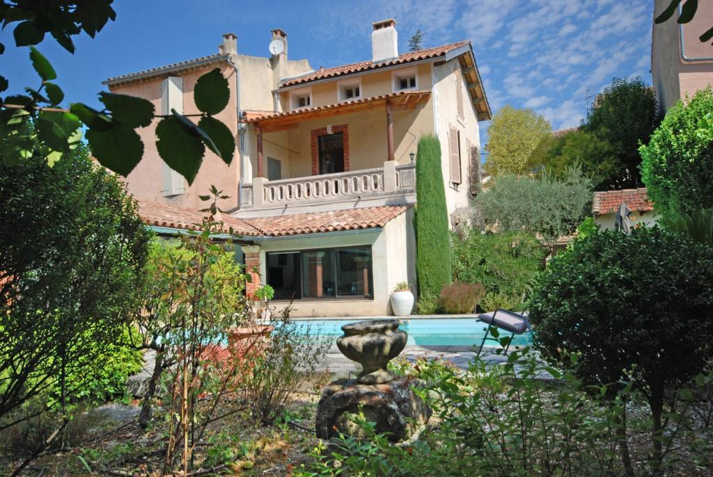 TOWNHOUSE IDEALLY LOCATED CLOSE TO AMENITIES ON FOOT OF VAISON LA ROMAINE