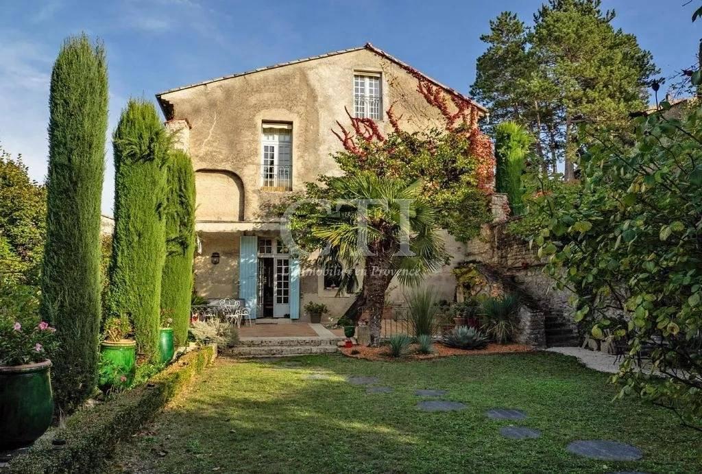 To buy in Vaison-La-Romaine: luxury real estate: house