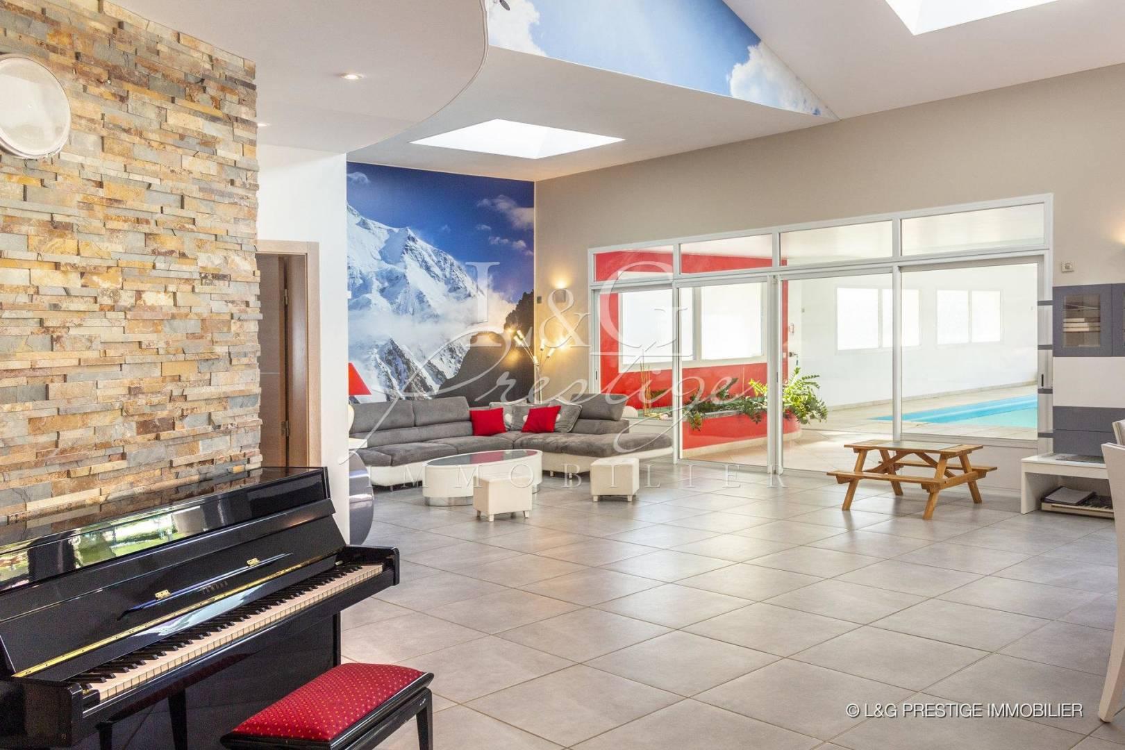 Salon Carrelage Hauteur sous plafond Fenêtre de toit