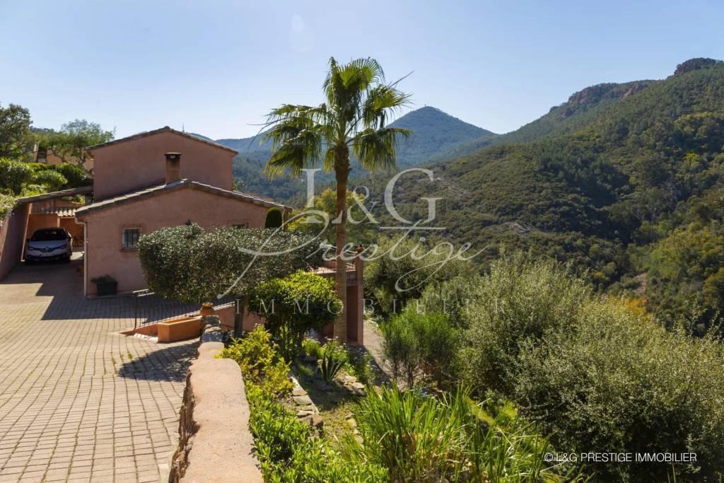 Charming villa in a calm area.