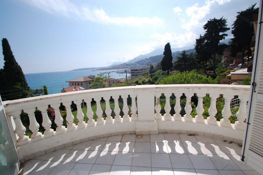 Bel bilocale con vista mare, parcheggio privato e terrazzo / giardino
