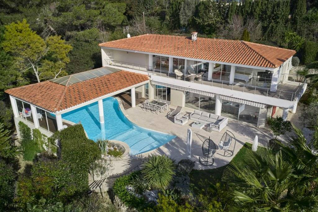 ON THE HEIGHTS OF CANNES MAGNIFICIENT VILLA WITH SEA VIEW