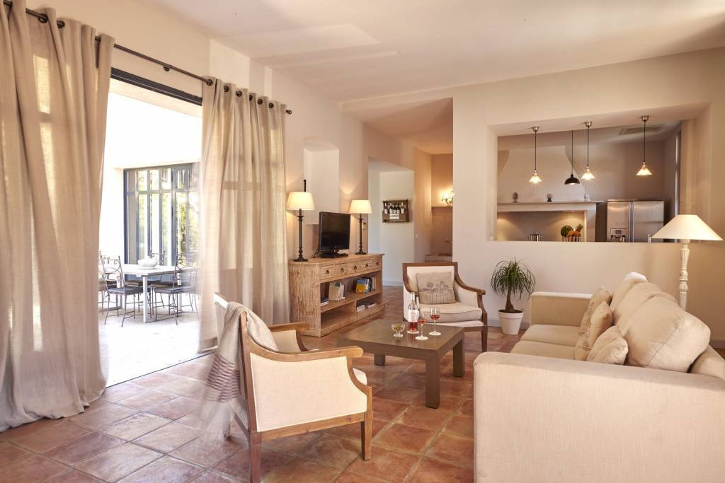 3 bed, 2 bath house with private garden and roof terrace on luxury wine estate