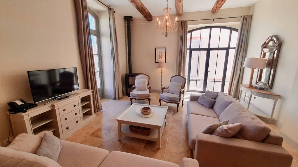 Grande maison d'angle de 3 chambres avec jardin privé sur un domaine viticole de luxe entre Pezenas et Béziers.
