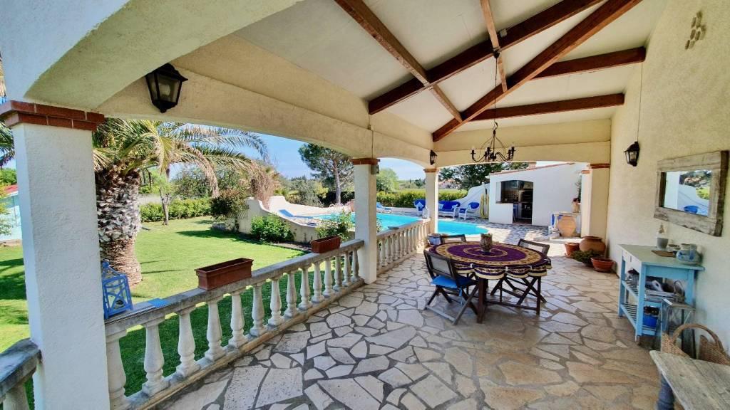 Villa individuelle de 4 chambres de 127m sur un terrain d'environ 2000m avec beau jardin et piscine