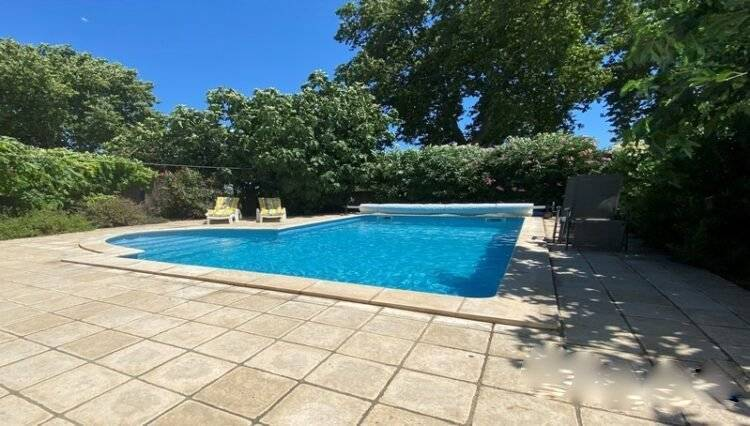 4 bed house with garden and swimming pool