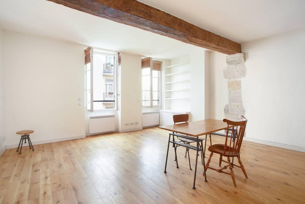 Grand studio ancien 2 pièces de 43 m2 au charme de l'ancien