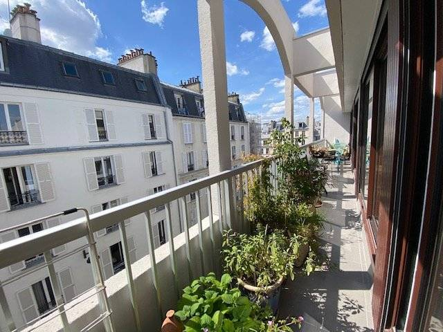 Métro Parmentier. Appartement en dernier étage avec ascenseur et grand balcon