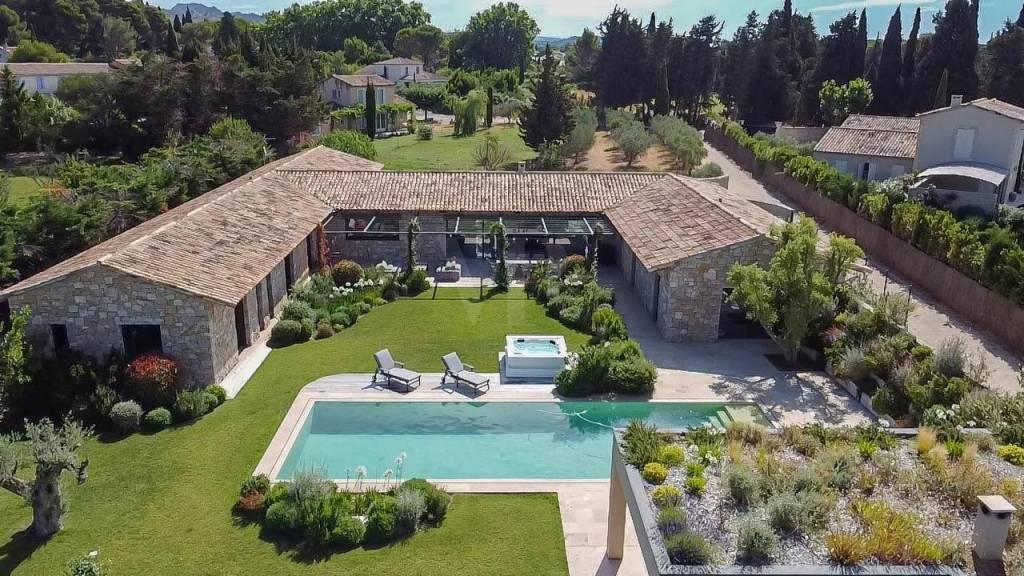 Mas contemporain avec 5300 m2 de jardin à 1 km du centre village de Maussane-les-Alpilles
