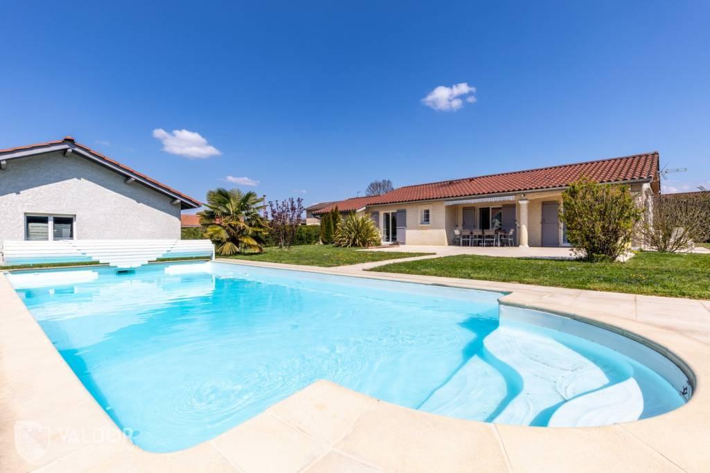 Villa impeccable de plain pied et beau jardin.