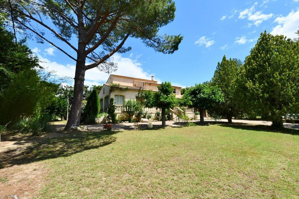 Southern property of 148 m² with beautiful park of 8467 m²