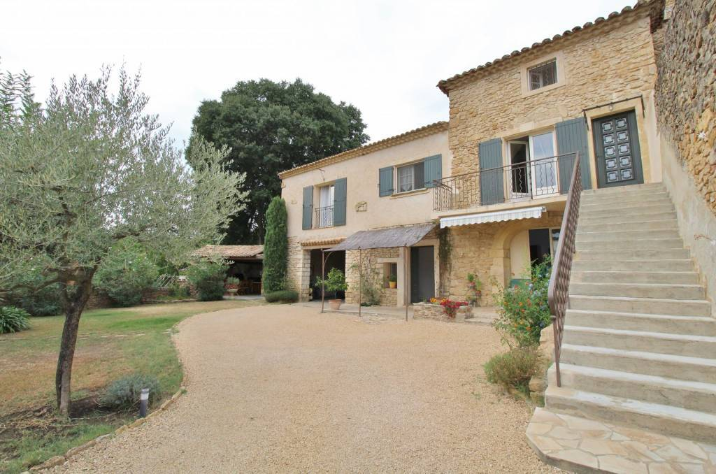 Charming stone village house with garden and swimming pool, 30 minutes from Uzès
