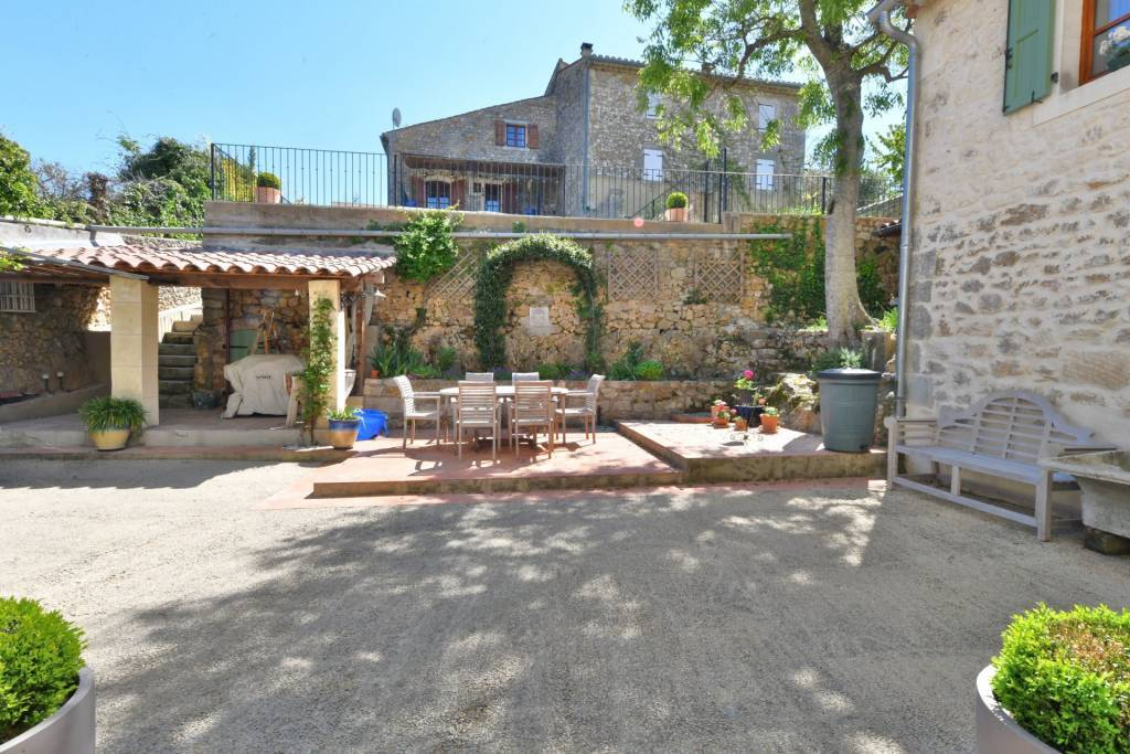 Superb 6 bedroom village house of 245 m² with independent guest houses located in a village with amenities.