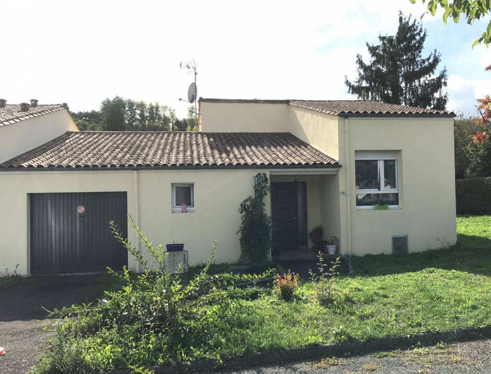 In exclusiviteit : Recente halfopen gelijkvloerse bebouwing met garage en 3 slaapkamers in hartje Montmoreau