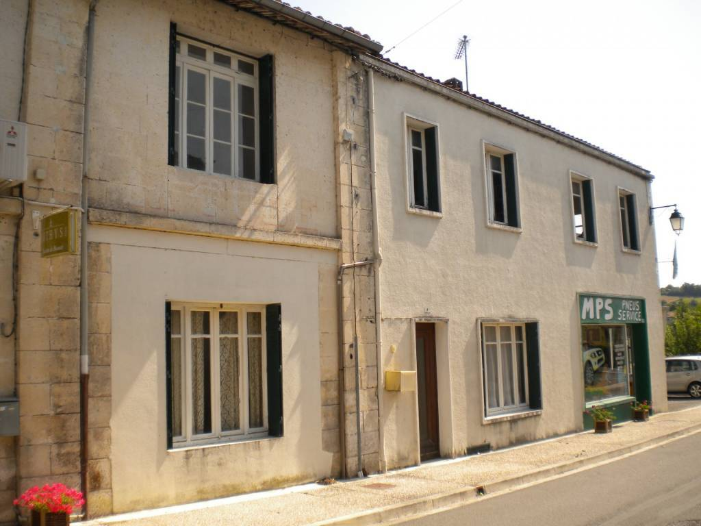 3-bedroom house with rented shop, in the centre