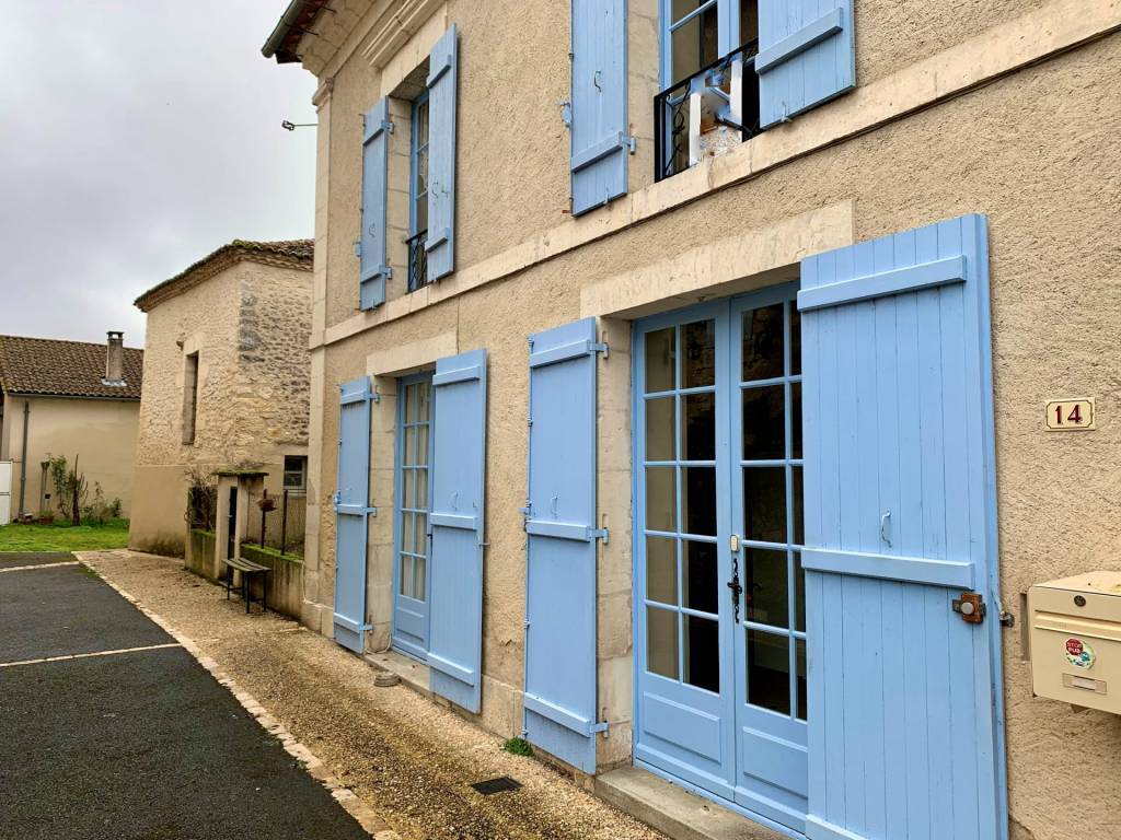 Mooi dorpshuis met grote tuin in een gezellig dorp in de Dordogne