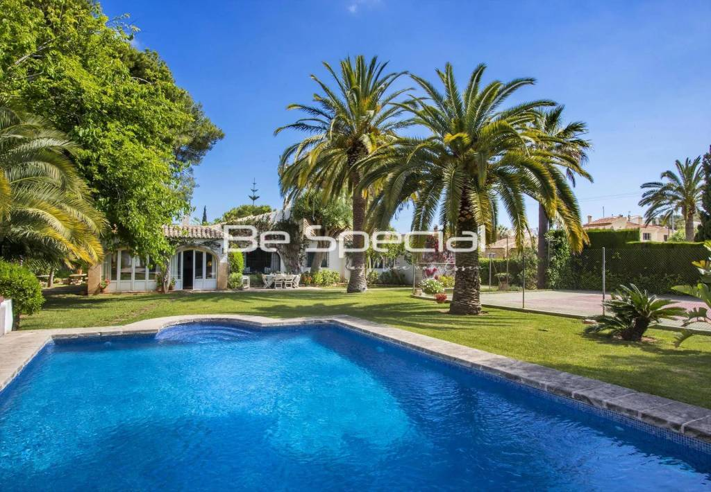Large and comfortable holiday home with private pool