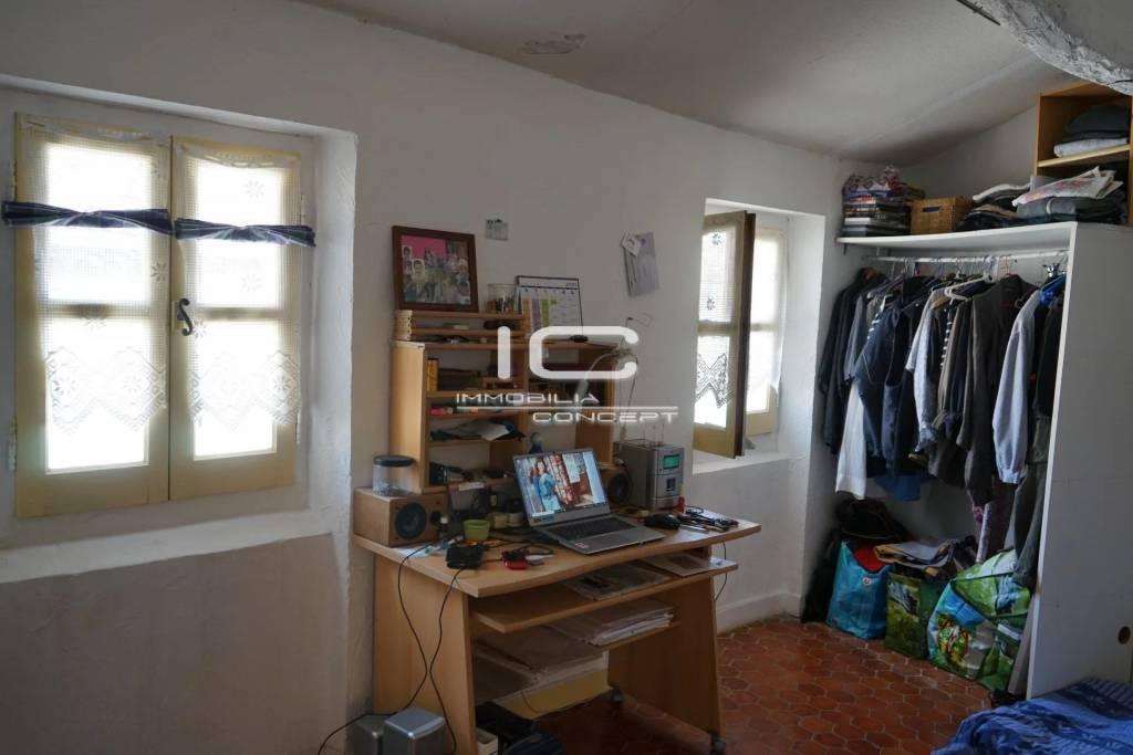 Grasse historique. Agréable studio au dernier étage.