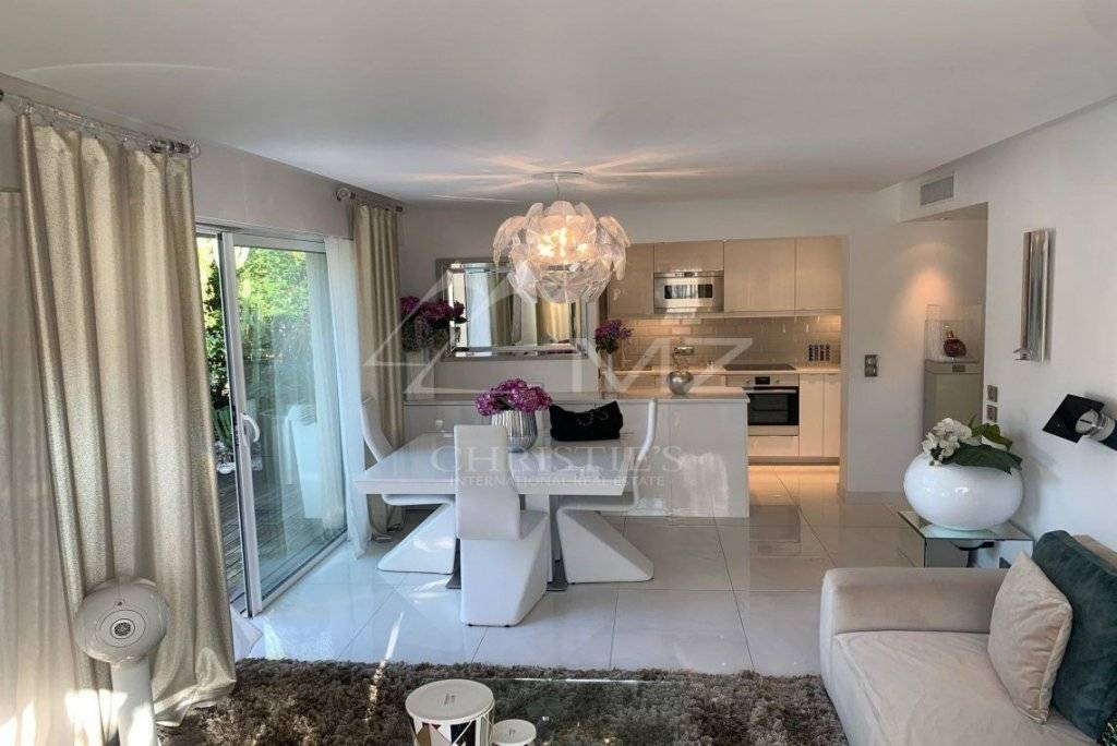 FOR SALE - SAINT-TROPEZ - STUNNING 2 BEDROOM APARTMENT IN THE HEART OF SAINT TROPEZ WITH GARAGE