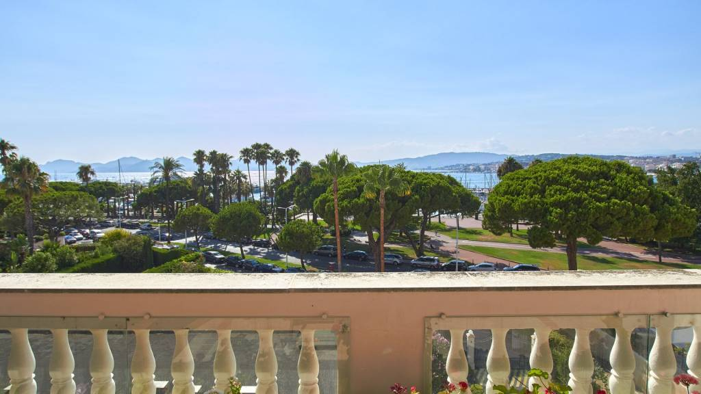 Cannes Croisette Sole Agent 4-room apartment with panoramic sea and harbour view