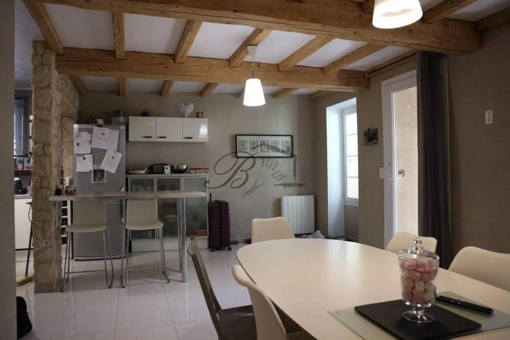 A vendre en exclusivité à Villelaure, spacieuse maison de village avec extérieur