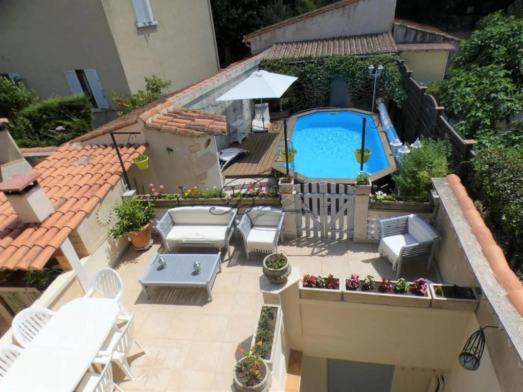 A vendre au Puy Sainte-réparade, grande maison de village avec extérieur et piscine