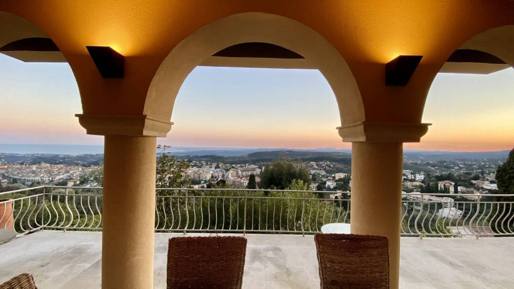 VENCE. Luxuous property with garden and panoramic sea view