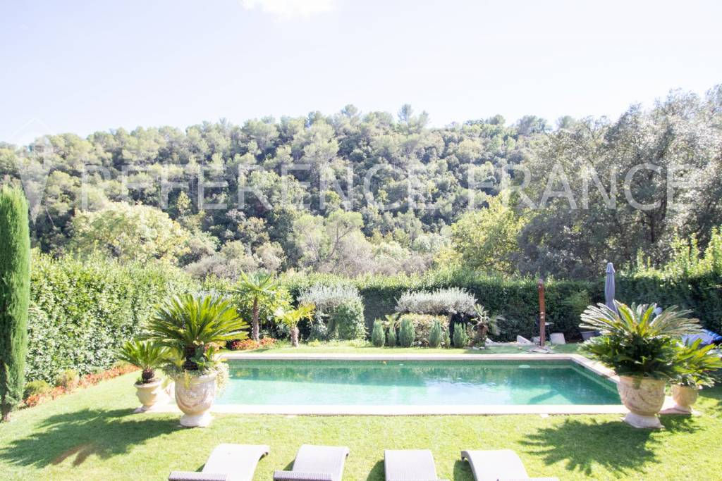 NEW ON THE MARKET. ENCHANTING SETTING FOR THIS LUXURY SPACIOUS RECENT VILLA.