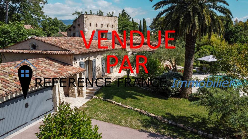 EXCLUSIVITY. SOLE AGENT. DOMAINE DES PEYROUES. CALM. VERY NICE GATED AND SECURE ESTATE. VILLA COMPLETELY REFURBISHED WITH FLAT LAND 2000 m².