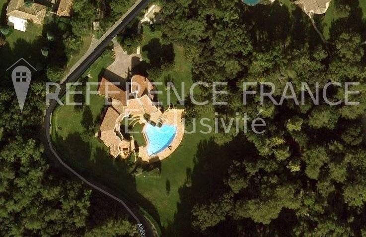 EXCLUSIVE. NEW ON THE MARKET. SOLE AGENT. LES PARCS DE MOUGINS. EXCEPTIONAL. A RENOVATION. STONE PROPERTY WITH 1 HECTARE GARDEN (RARE)