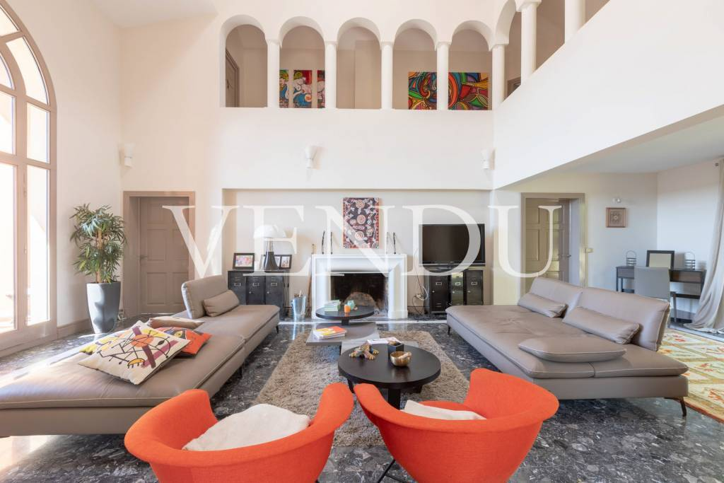 Living-room High ceiling Fireplace