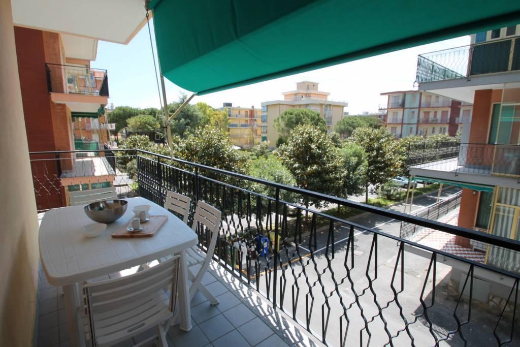 balcone attrezzato con tenda da sole