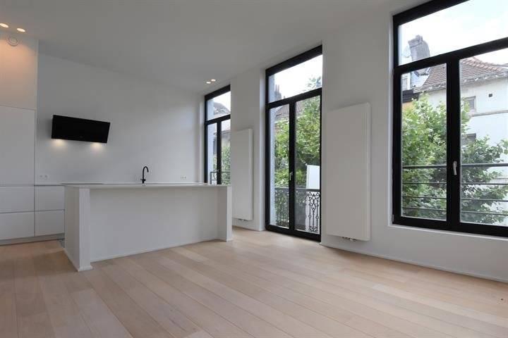 Luxueux appartement ultra lumineux au deuxième étage d'une maison d'angle, comprenant une belle chambre, salle d'eau attenante (double évier et douche à l'italienne), dressing, beau living, salle