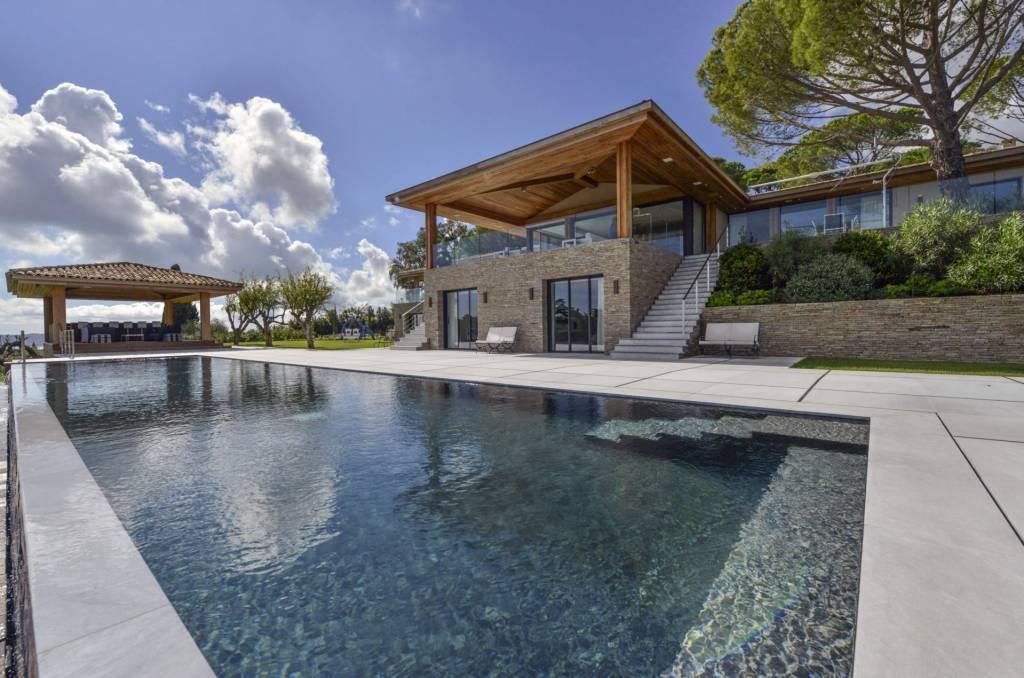 Presqu'Île de Saint-Tropez - Location saisonnière - Maison - 16 Personnes - 8 chambres - 8 Salles de bain - Piscine.