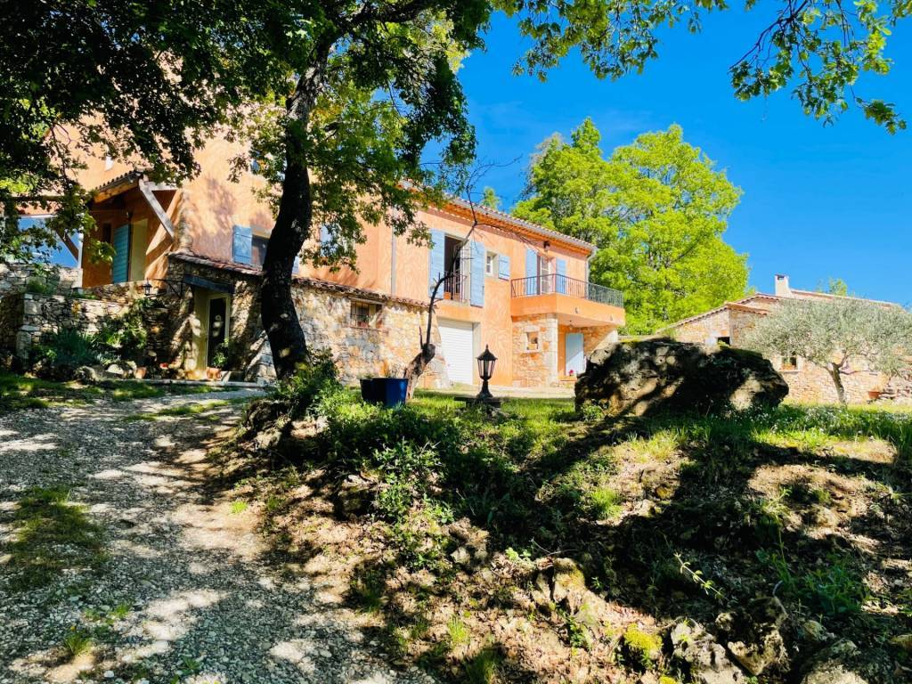 Bauduen. Beautiful property in a quiet spot, close to the lake of Sainte-Croix, stone house and annex, agricultural land with truffle oaks, dominant view.