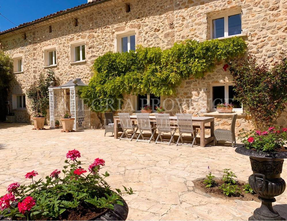 A luxurious renovated bastide with pool and guest house