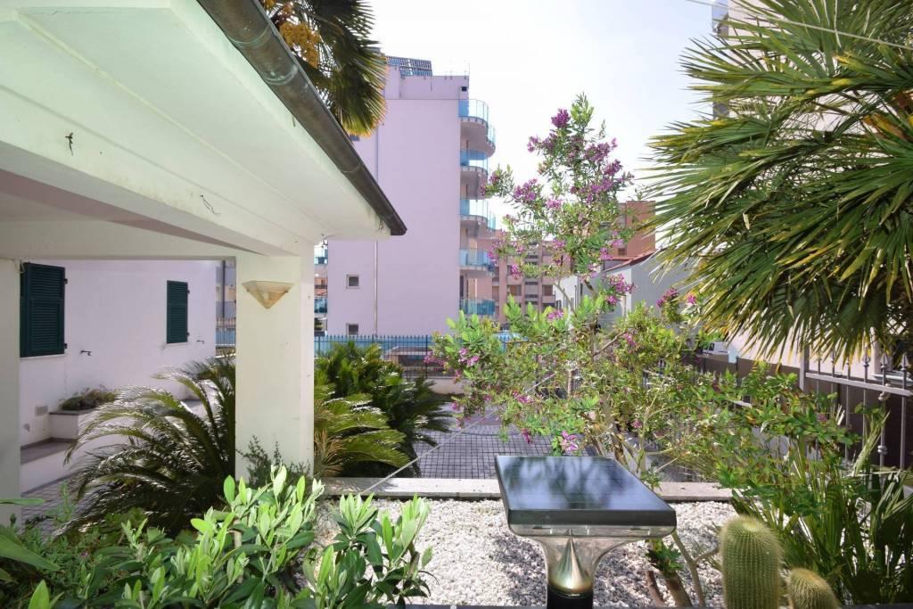 Monolocale con patio esterno