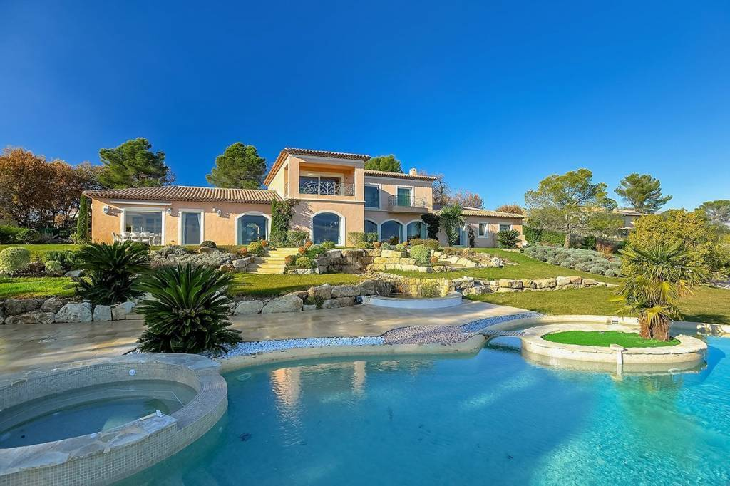 Prestigious property of 780 m2 in a quiet and residential area of Mougins.