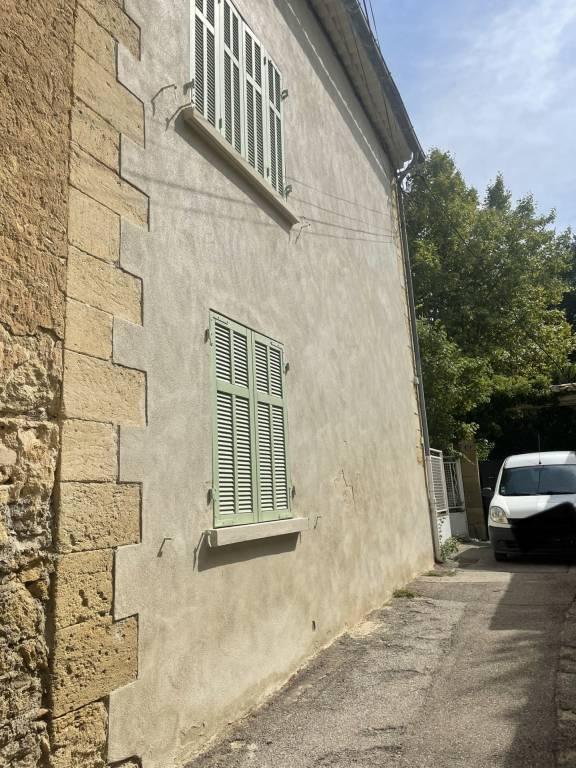 EXCLUSIVITE PELISSANNE Maison de village avec cour et garage